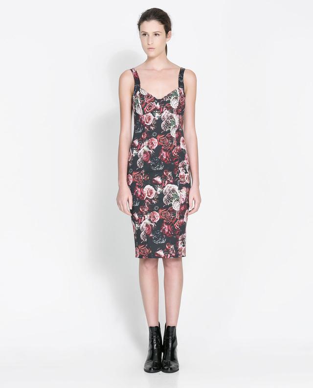 Azt eddig is tudtuk, hogy a virágos ruha ebben a szezonban divatos lesz. Állítólag a Zara csőruhája a legtutibb darab. Ár: 13995 Ft