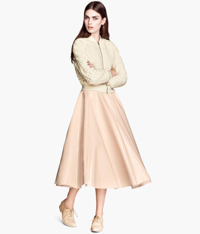 Az egyik körképünk alatt figyeltünk fel erre a szoknyára az H&M üzletében, ez csak 13 ezer forintba kerül.