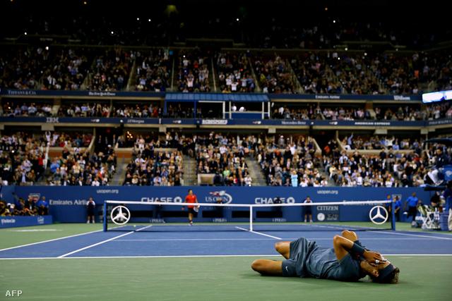 Rafael Nadal hanyatt vágta magát, és a földön fetrengve ünnepelt, miután hajnalban legyőzte Djokovicsot a US Open döntőjében