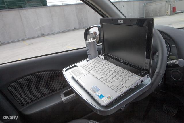 Majdnem annyira zseniális ez a laptop tartó, mint amilyen a fürdőkádra helyezhető változata. Kényelmesen lehet dolgozni így a gépen, vagy ha a fejtámlához erősíti, a gyerek mozizhat amíg meg nem érkeznek az úticélhoz. Bónusz: van rajta 2 pohár tartó is. Nem is drága, 2550 forint.