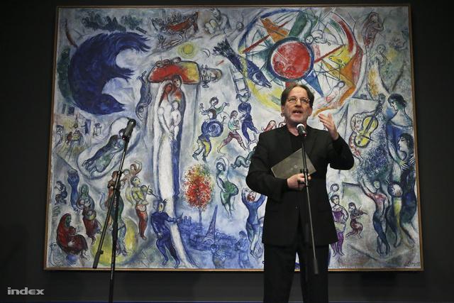 Baán László főigazgató beszél Marc Chagall Élet című, mögötte lévő festményéről