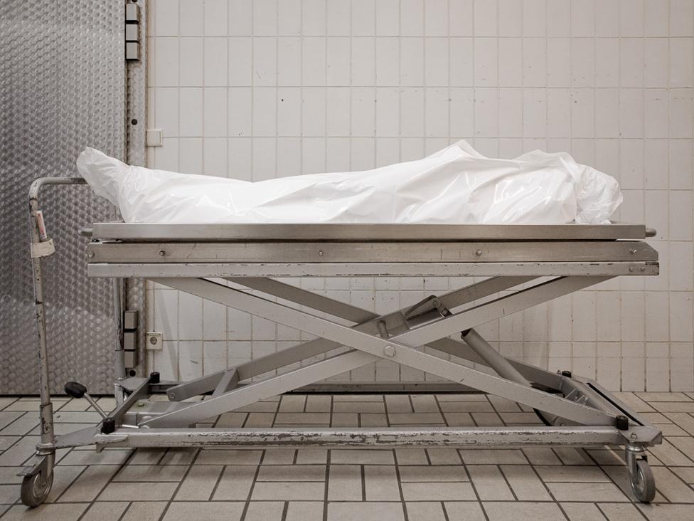 A modern orvoslás fejlődésével folyamatosan javultak és drasztikusan csökkentek a halálozási arányok, és az idősek, haldoklók kórházakban vagy ápolási otthonokban halnak meg, sőt, gyakran már haláluk előtt hosszú ideig ott élnek, és nem otthonukban.
