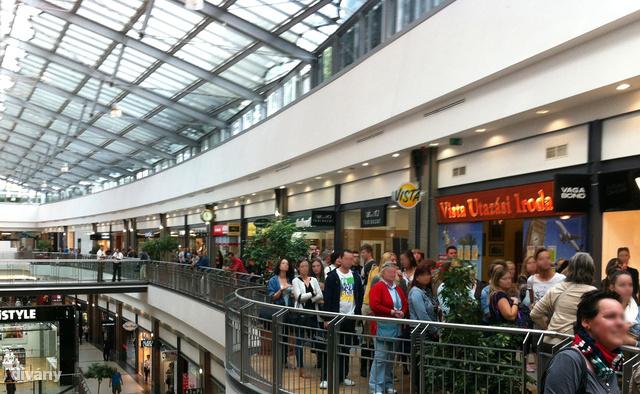 H&M boltnyitás előtt negyed órával: pedig csak az első 50 kap ajándékba 3 ezer forintot.