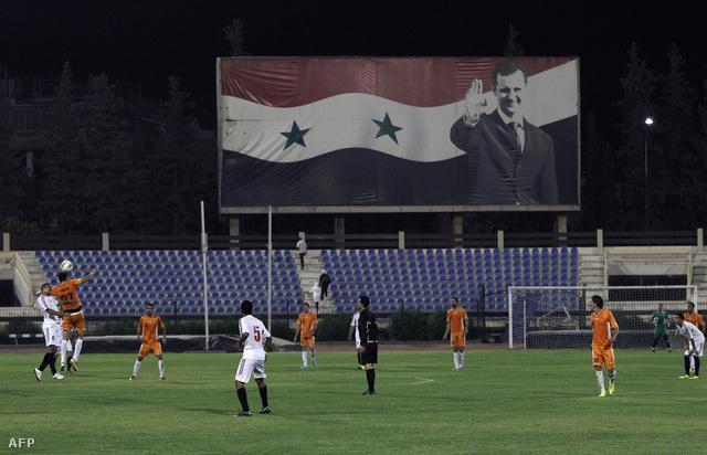 Bassár el-Aszad portréja egy szíriai focimeccsen