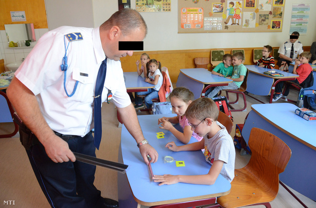 Iskola rendőre tanóra egy Vas megyei általános iskolában