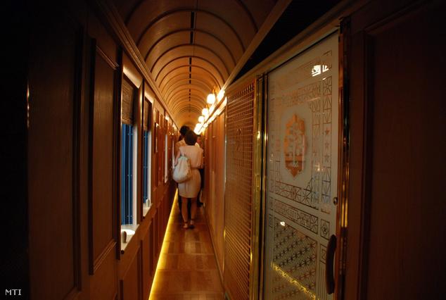 A 22 millió euró (kb. 66 milliárd Ft) értékű nyolc kocsiból álló luxusvonaton található egy zongorával és bárral felszerelt szalonkocsi egy gourmet étterem és 14 magánlakosztály saját fürdőszobával.