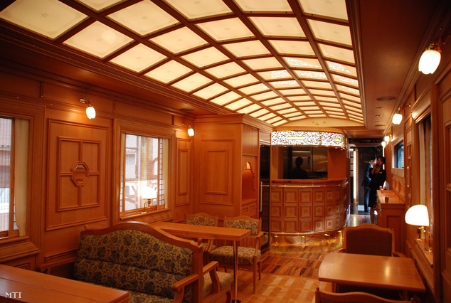 A japán Kjúsú Vasúttársaság luxusvonatának belső tere