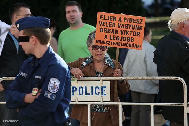 Egy úrhölgy tüntetés közben is úrhölgy.
