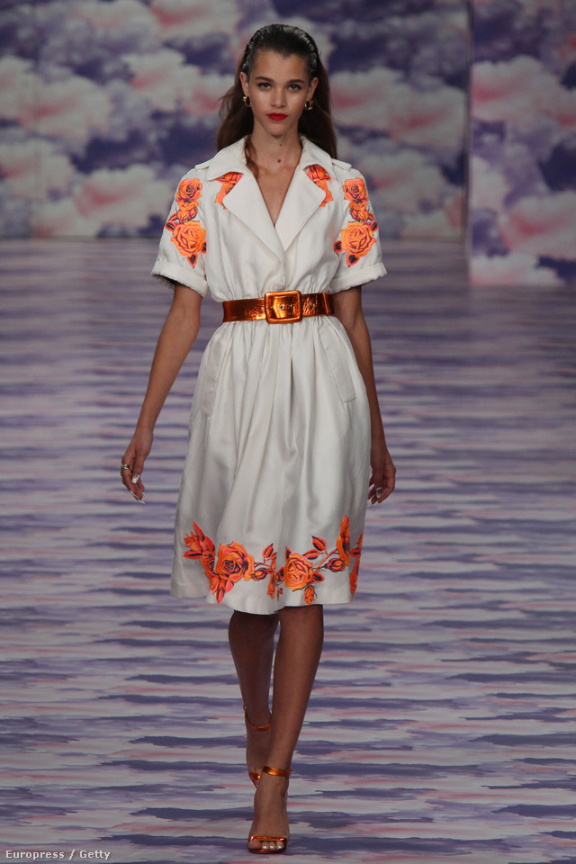 Klasszikus nyári ruha menő fémszínű bőrövvel.