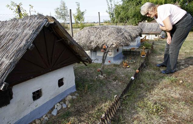 Az eredetivel azonos anyagokból méretarányosan készült törpe skanzen a Tisza-tó környéki hagyományos épületeknek állít emléket.                         Fotó: Bugány János / MTI