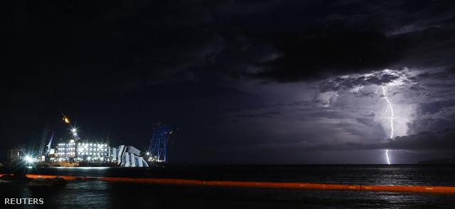 A valaha volt egyik legnagyobb és legnehezebb tengeri kiemelés elkezdődött: csak a Costa Concordia függőleges helyzetbe állítása várhatóan 12 órán keresztül fog tartani. A BBC szerint a kiemelést késve kezdték el, mivel egy éjszakai vihar órákig ellehetetlenítette a munkát.