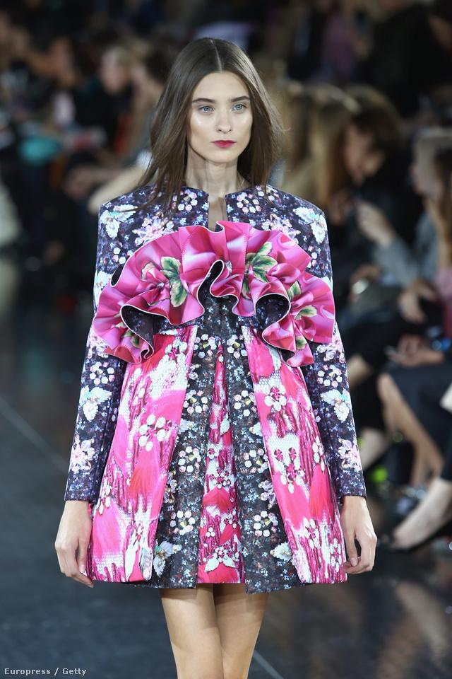 Teáscsésze formát kapott virágos-fodros ruha a nyárra.