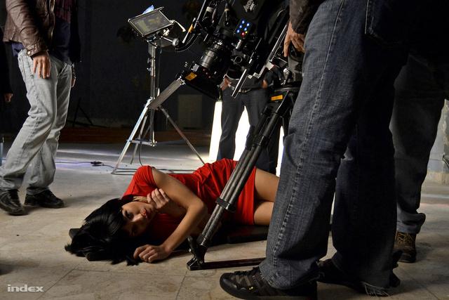 Valaki itt épp a női főszereplőt, Ana Ularut bántotta