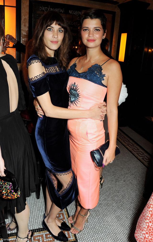 Alexa Chung Pixie Geldolfot ölelgeti a Vogue London Fashion Week SS14 Dinner nevezetű eseményen. A divatos vacsorát a londoni divathét alatt rendezték meg az angol fővárosban, szeptember 15-én.