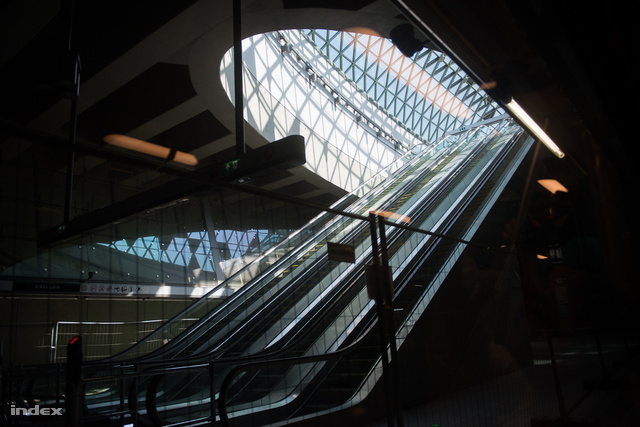 Tarlós burkoltan célzott arra is, hogy túlzónak tartja a metró belsőépítészeti megoldásait.
