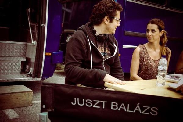 A rendező a producerrel, Turán Eszterrel egyeztet az irodává és stábbüfévé átalakított Ikarus előtt