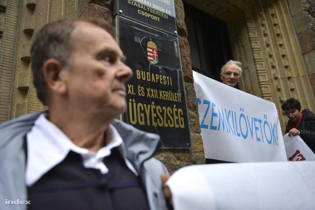 Körülbelül húsz ember várt a vádlottakra reggel a bíróság Fő utcai épületénél