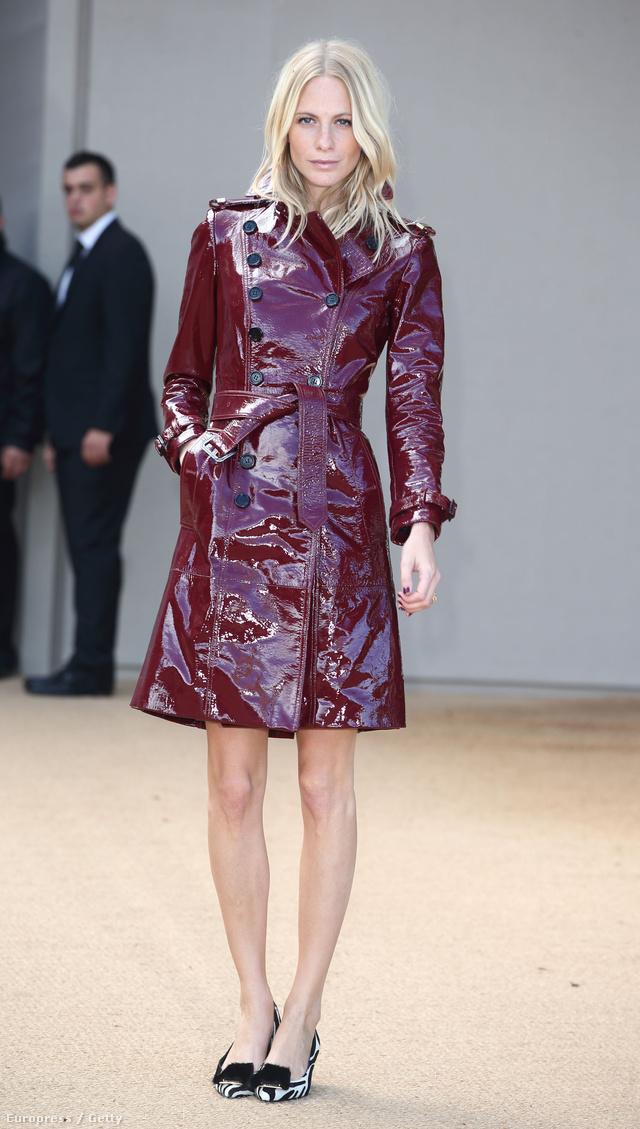 Ő Poppy Delevingne, a híres modell, Cara Delevingne testvére és brit ismertember. Talpig Burberryben van, a rajta lévő cipő állítólag egy sarkas mokaszin.