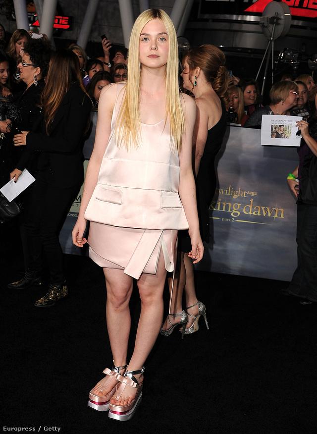 A géascipők a Pradanál jelentek meg 2011-ben. Elle Fanning 2012 telén ment a divatház érdekes szettjében egy filmpremierre. Nem aratott osztatlan sikert, de hasonló cipők azóta feltűntek a Chanel kifutóján is.