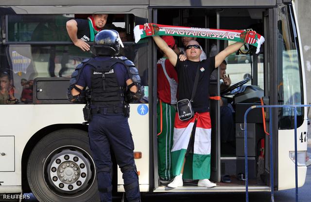 Magyar szurkolókat szállító busz Bukarestben