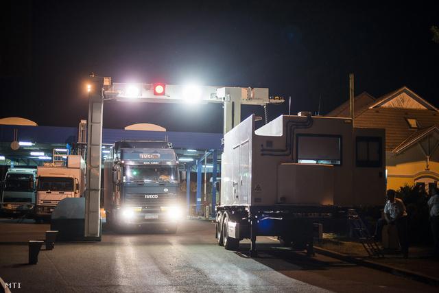 Kamion halad át a röntgenátvilágító kapun a záhonyi magyar-ukrán határátkelőhelyen