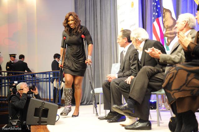 Egy 2010-es eseményen jelent meg a lesérült Serena Williams, ultratuning gipszben.
