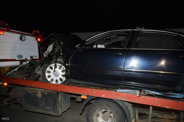 Elszállítják azt a személygépkocsit, amelyben Hende Csaba honvédelmi miniszter ült, amikor a jármű összeütközött egy másik autóval