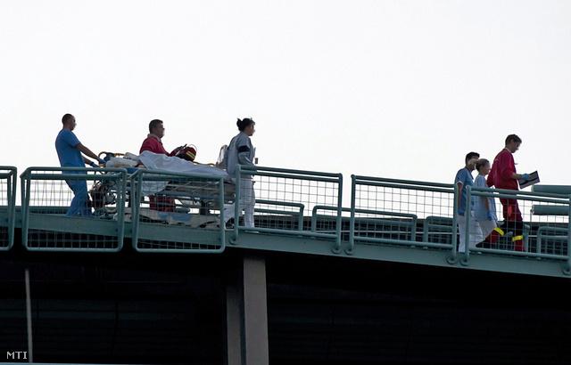 Mentőhelikopterrel érkezett sérültet tolnak hordágyon a Honvéd kórház tetején, akit Hende Csaba honvédelmi miniszter balesetének helyszínéről szállítottak Budapestre 2013. szeptember 19-én.
