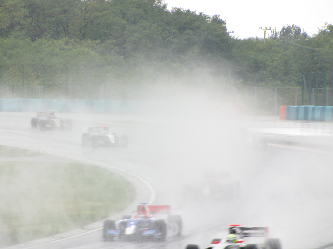 The track was flooded, cars were splashing the rainwater 10 meters high