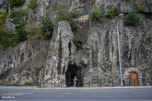 A Rudas mögött található az út másik oldalán