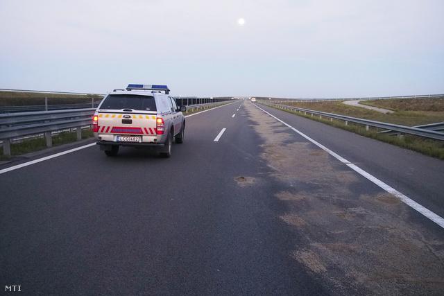 Homokkal felszórt útszakasz 2013. szeptember 20-án az M43-as autópálya Szeged felé vezető oldalán, Maroslele közelében.