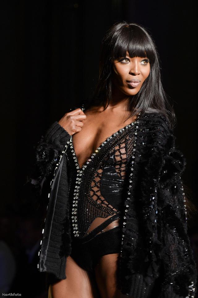 Naomi Campbell a tavalyi Versace bemutatón.