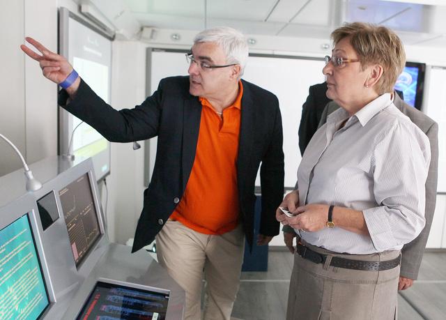 Felkai György, az MVM kommunikációs igazgatója vezette körbe Németh Lászlóné nemzeti fejlesztési minisztert a tájékoztató kamionban.