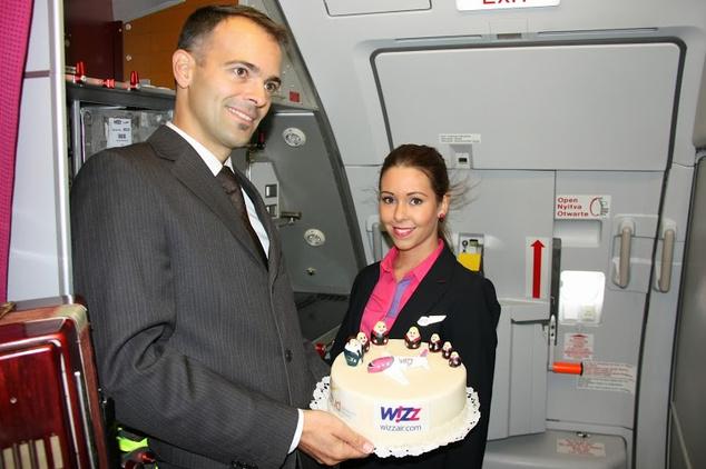 Patrick Bohl a Budapest Airport járatfejlesztési igazgatója az egész legénységének címezve Dornyei Klárának gratulál az első Budapest-Moszkva járathoz