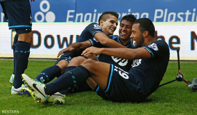 Paulinho, Lamela és Dembele ünneplik Paulinho gólját a Cardiff ellen