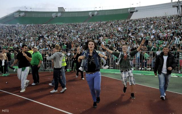 A Ferencváros szurkolói rohannak be a pályára a vasárnapi Ferencváros–Újpest-meccs után