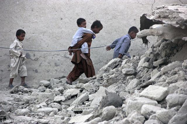 A szerda reggeli hivatalos közlések szerint több mint 250-en meghaltak és 340-en megsérültek.