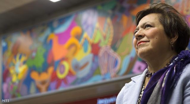 Isabel Bárbara Téllez Rosete, Mexikó budapesti nagykövete áll Julio Carrasco Breton mexikói festőművész alkotása előtt az M2-es metróvonal Keleti pályaudvar állomásának pénztárcsarnokában