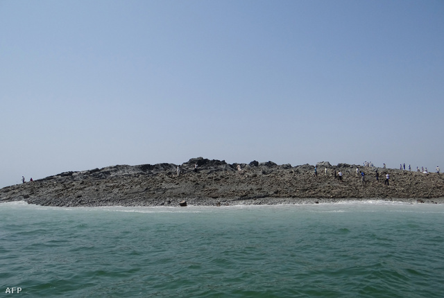 A rendőrség szerint az új sziget máris látványosságnak számít, tömegek vonultak a partra, hogy lefotózzák.