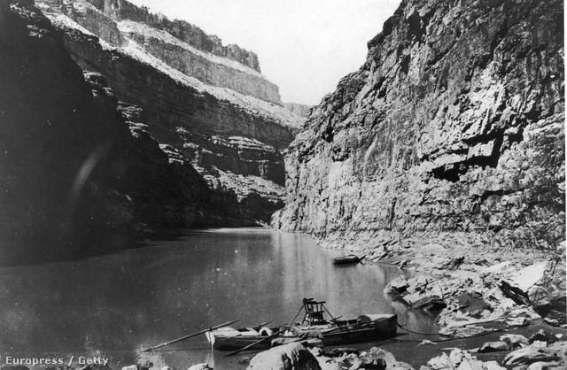John Wesley Powell csónakja a kanyonban.