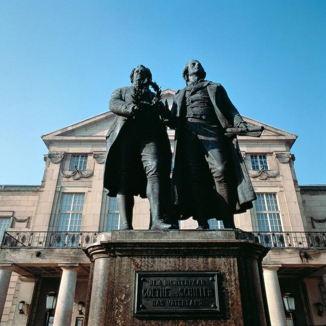 Goethe-Schiller emlékmű a Német Nemzeti Színház előtt