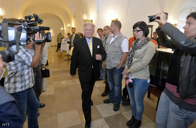Balázs Péter, a Vígszínház igazgatói posztjára pályázó jelölt érkezik a Fővárosi Közgyűlés ülésére
