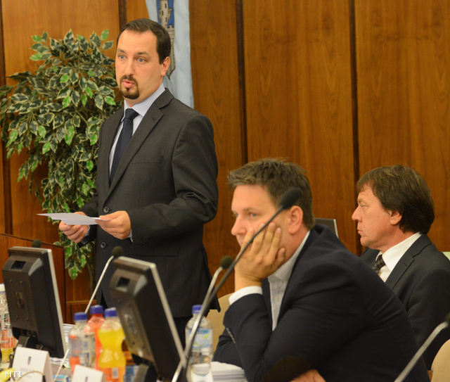Lazáry Viktor alpolgármester (b) a szombathelyi városi közgyűlés ülésén 2013. szeptember 26-án.