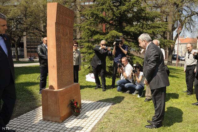 Levon Szargszjan örmény jószolgálati nagykövet (j) megkoszorúzza az 1915-ös örmény népirtás áldozatainak emlékművét a szegedi székesegyház körüli Keresztény szolidaritás parkjában 2013. április 20-án.