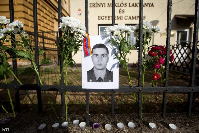 Gurgen Markarján fényképe a Magyarországi Örmény Önkormányzat és a Magyar Szolidaritás Mozgalom közös megemlékezésén a meggyilkolt örmény katonatiszt születésének évfordulóján a Nemzeti Közszolgálati Egyetem előtt 2012. szeptember 26-án