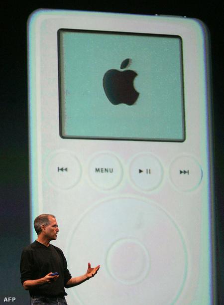 Steve Jobs és az iPod. 2004-től már nem csak Amerikában, hanem egyes európai országokban is lehetett használni az iTunes zeneboltot.                         Fotó: Jim Watson