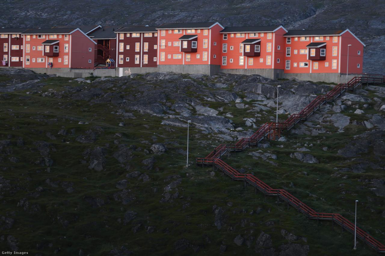 Rohamléptekben épülnek az új lakások egyre kijebb a pusztaságban Nuuk külterületén. Az olvadásnak köszönhetően egyre több erőforrás válik elérhetővé Grönladon, aminek vezetői a gazdaság felfuttatásával is egyre jobban függetlenítenék magukat Dániától.