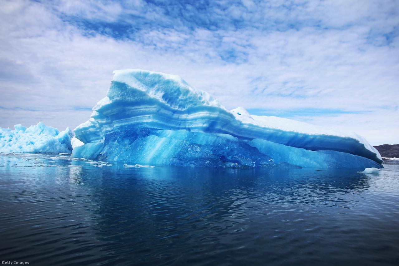Leszakadt jéghegy a vízben. Az Éghajlat-változási Kormányközi Testület 1988 óta vizsgálja, a klímaváltozás kockázatait. Éppen az előző héten közzétett új jelentésük szerint az elmúlt két évtizedben Grönland és a Déli-sarki jégtakarója vesztett a tömegéből, a gleccserek majdnem világszerte zsugorodtak, és az Északi-sark jegének, illetve az északi félteke hótakarójának mérete is csökkent.