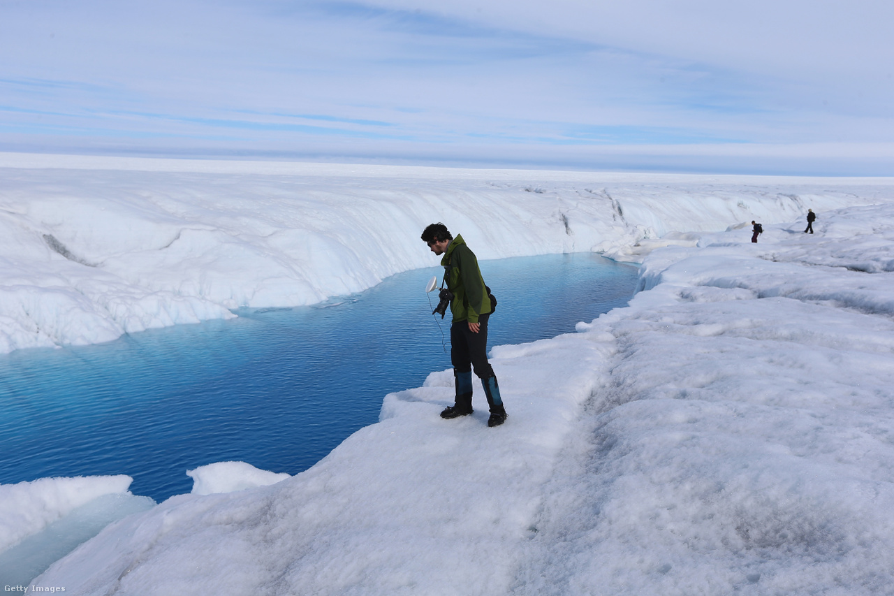 Különleges módszerekkel térképezik fel a jégpáncél változásait. A dán meteorológiai szolgálat szerint ez volt minden idők egyik legmelegebb nyara az Északi-sarkon, július 30-án az 1958 óta rekordmelegnek számító 25,9 fokot mértek a kihelyezett mérőállomásokon.