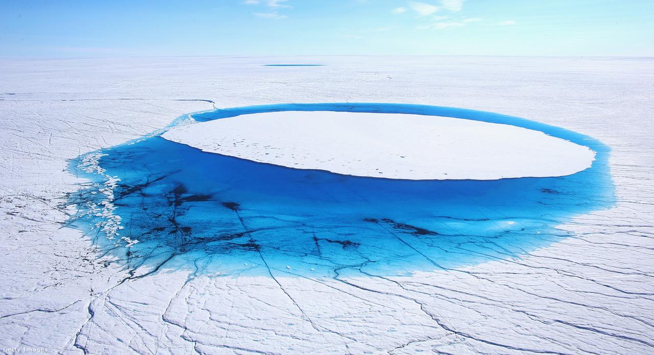 Grönland területének négyötödét jégpáncél borítja, azonban folyamatos az olvadás. Tanulmányok szerint évente 140 milliárd tonna jég olvad el, és egyes vélemények szerint már 40 év alatt szinte az egész jégtakaró eltűnhet az Északi-sark közeléből.